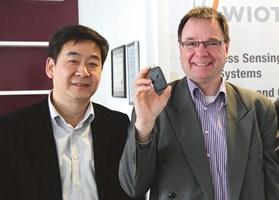 Professor Shaofang Gong och VD Fredrik Hallgren på Wiotech