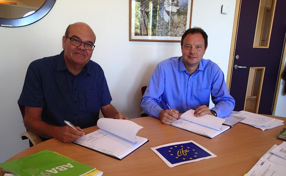 Bildtext: Hans Nilsson (VD för Ronneby Miljö & Teknik AB) och David Frykerås (VD för Againity AB) undertecknar avtalet gällande installation av ORC-anläggning vid närvärmeverket i Bräkne-Hoby.