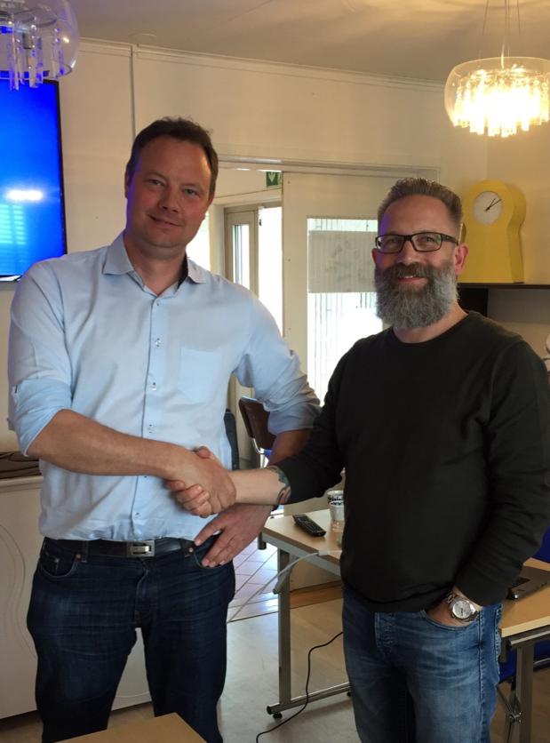 David Frykerås, VD på Againity, (t.v.) och Stefan Jacobsson, VD på Örkelljunga Fjärrvärmeverk AB, (t.h.) ser fram emot att öka andelen förnybar elproduktion i Sverige.